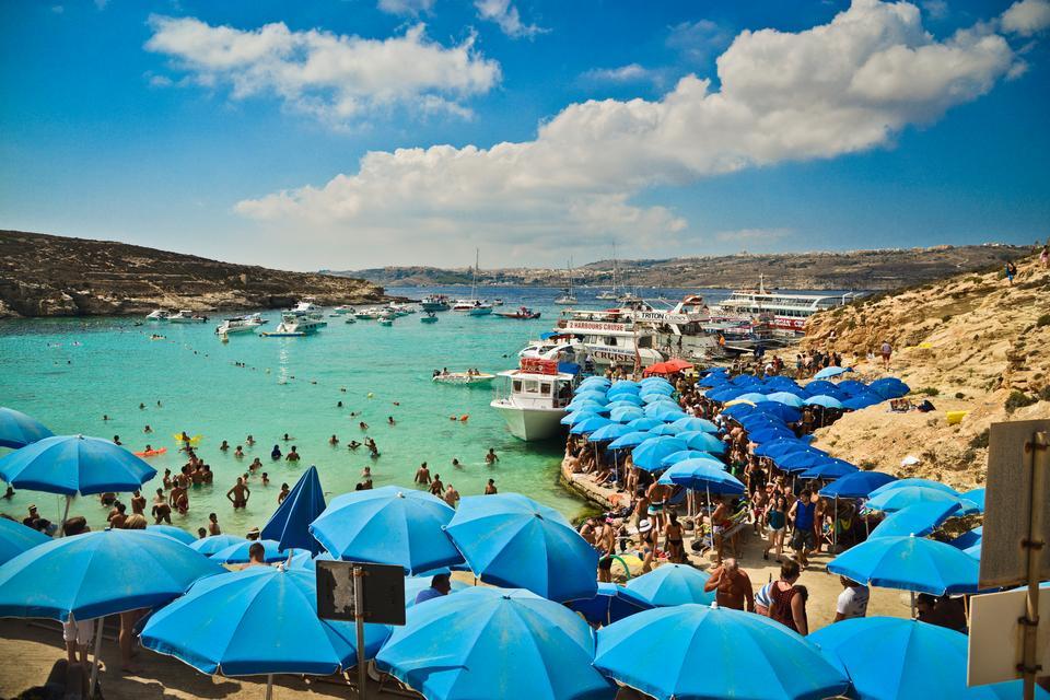 Niebieska laguna - jedna z ważniejszych atrakcji turystycznych na Malcie z turkusowymi i krystalicznymi wodami, niestety masowo odwiedzana przez zbyt dużą liczbę turystów.