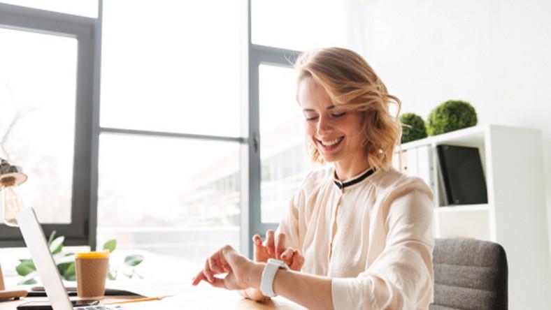 zegar, praca, biuro, uśmiech, czas pracy/fot. Shutterstock