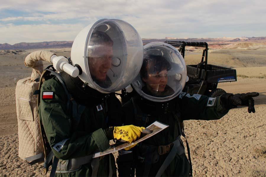 Michał Kazaniecki (z lewej) jest autorem prostej, ale bardzo użytecznej innowacji w habitacie. Skonstruował czujkę poziomu wody w zbiorniku. Dzięki temu analogowi astronauci oszczędzali czas konieczny do regularnego sprawdzania zapasu wody.