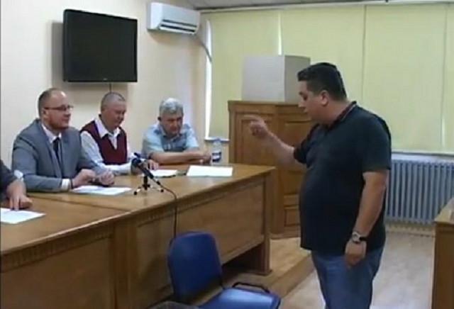 Šef odborničke grupe naprednjaka Goran Đaković je glasačku kutiju stavio na pod