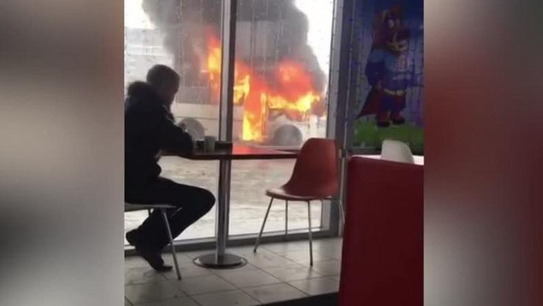 Klient baru z hamburgerami