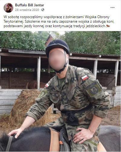 Kiedy część żołnierzy jeździła na koniach, inni malowali płot i przeszkody w prywatnej stadninie.