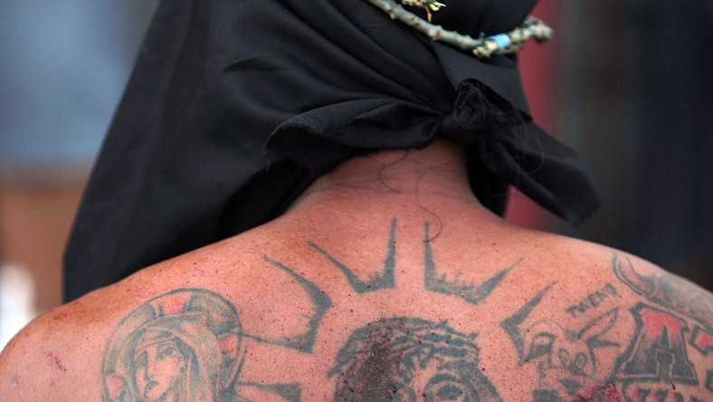 Tatuaże na plecach spłynęły krwią