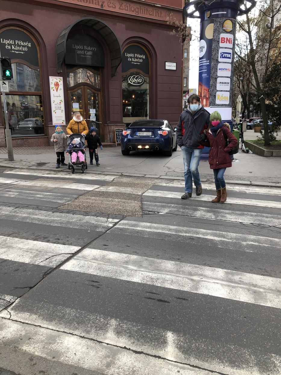 A járókelőket is meglepte, hogy a színművész egészen a bejáratig gurult kocsijával, majd beugrott vásárolni