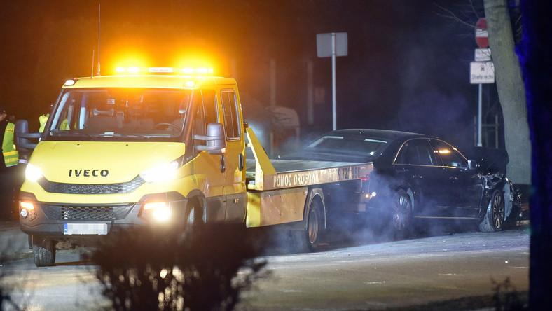 Opancerzone Audi A8L roztrzaskane na drzewie w Oświęcimiu