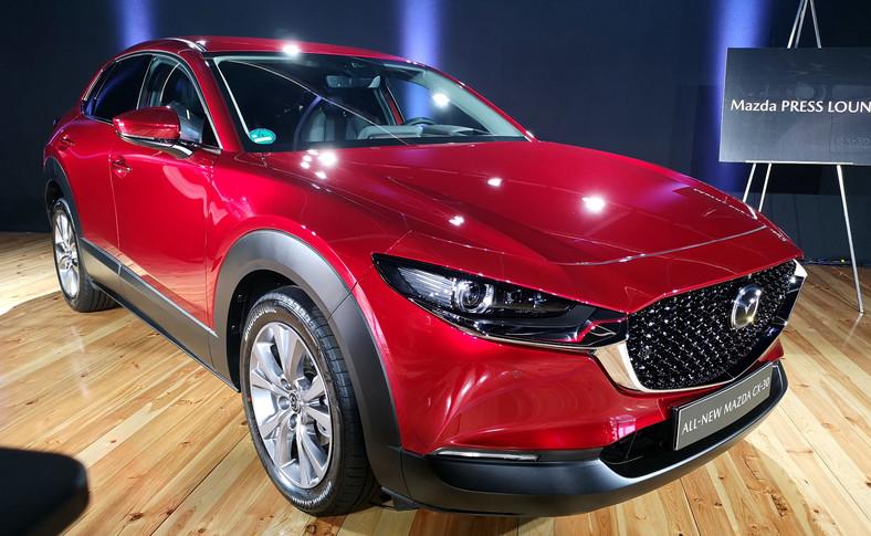 Wymiary modelu CX-30: długość 4395 mm, szerokość 1795 mm i wysokość 1530 mm przy rozstawie osi 2655 mm – sprawiają, że nowa Mazda CX-30 wkracza w segment rynkowy będący dla japońskiej marki nowością