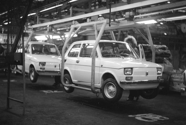 Maluchy na taśmie montażowej Fabryki Samochodów Małolitrażowych w Tychach, 1975 r.