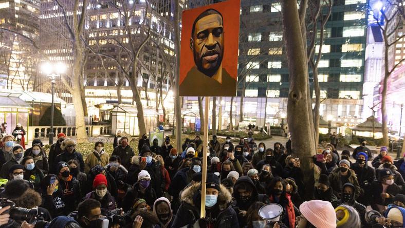 Protestujący z wizerunkiem George'a Floyda pod sądem