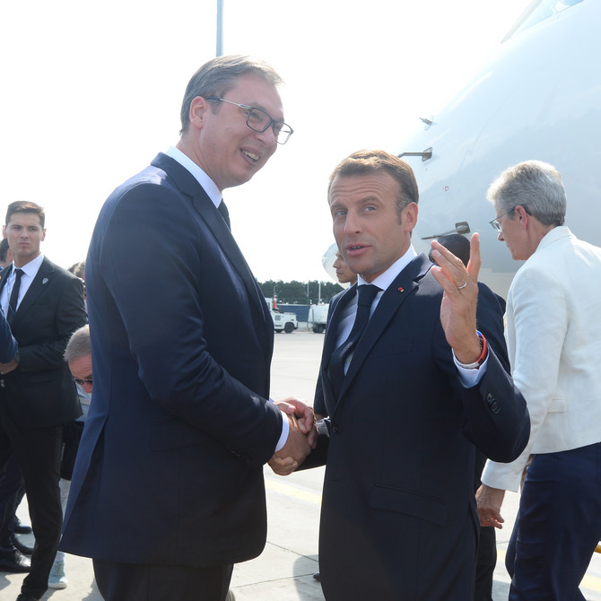 Predsednik Srbije Aleksandar Vučić i predsednik Francuske Emanuel Makron na aerodromu u Beogradu