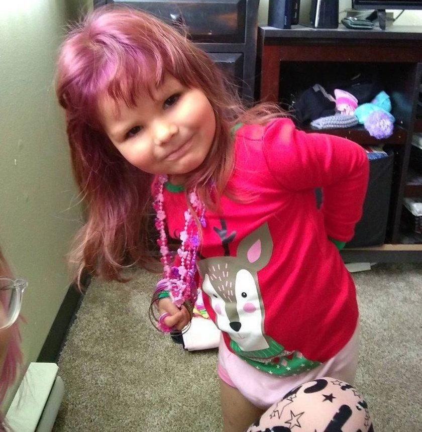 Przefarbowała włosy córki na fioletowo!