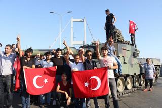 Turcja: Nieudolny zamach stanu. Za próbą puczu stoi rząd i Erdogan?