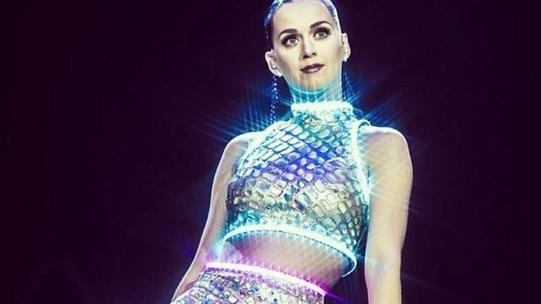 """Przed Katy Perry w rolli supportu wystąpi Charli XCX –brytyjska electropopowa wokalistka, która wraz z formacją Icona Pop wylansowała przebój """"I Love It"""". W kwietniu 2013 roku ukazał się jej longplay """"True Romance"""", a niedawno opublikowała wspólny utwór i klip z Iggy Azaleą, """"Fancy"""". Bilety na koncert w Krakowie nadal są dostępne w sprzedaży"""