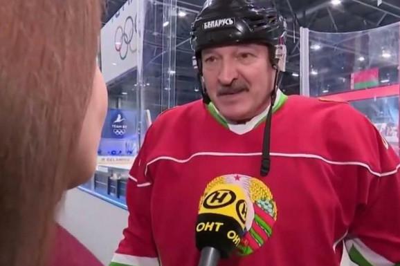 PA U BELORUSIJI JE PRAVI ŠOU Predsednik Lukašenko odigrao hokej meč i poručio: Vidite li VIRUS ovde? /VIDEO/