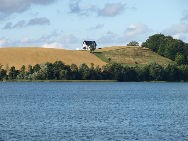 Ustawa precyzuje również możliwość rozporządzania przez Wody Polskie gruntami znajdującymi się poza linią brzegu oraz urządzeniami wodnymi lub ich częściami. Zapisano, że urządzenia wodne wykonane przez Wody Polskie na gruntach pokrytych śródlądowymi wodami płynącymi stanowią własność Skarbu Państwa.