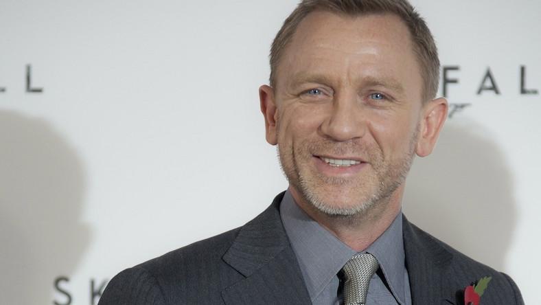 Daniel Craig jako Bond, który pije piwo