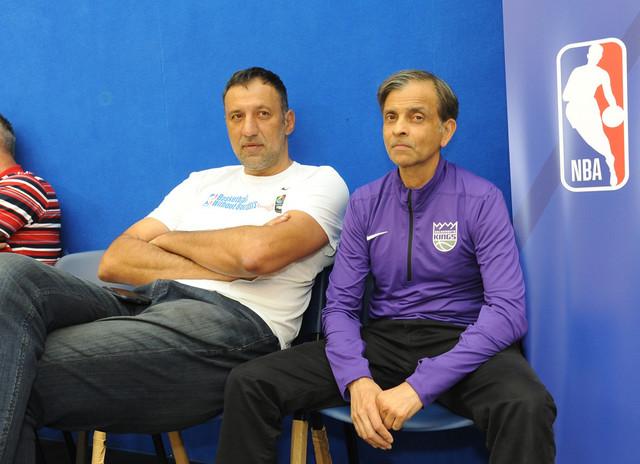 """Vlade Divac i Vivek Ranadiv tokom posete beogradskoj klinici """"Košarka bez granica"""""""