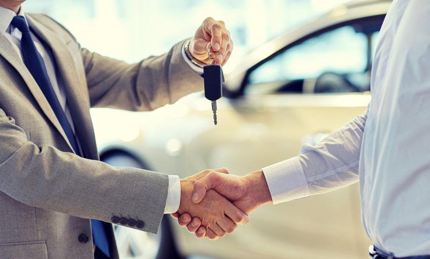 Korzystając z raportów z historii samochodów online, kupujący mogą odkryć prawdziwą przeszłość auta i uniknąć popularnych oszustw.