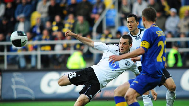 Michał Kucharczyk strzela gola w meczu z Arką