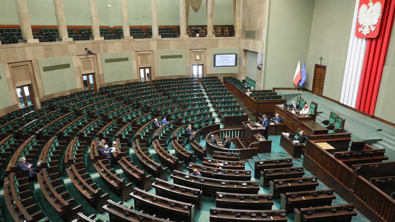 Posłowie na sali obrad Sejmu w Warszawie, po zakończeniu tajnych obrady