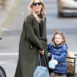 Sienna Miller odprowadza córkę do szkoły. Marlowe jest podobna do mamy?
