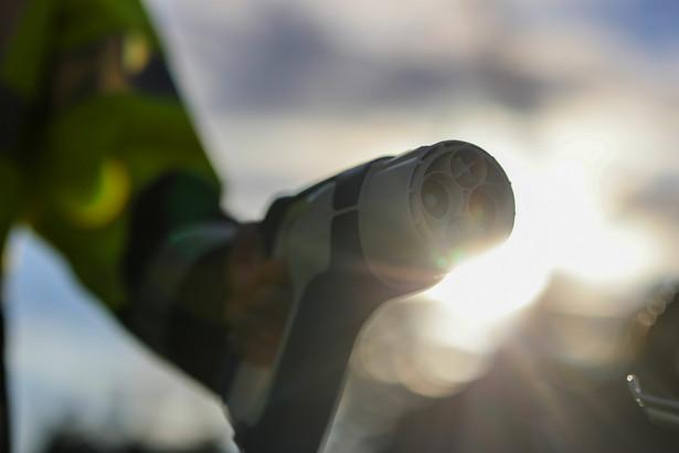 W uzasadnieniu do rozporządzenia oszacowano, że koszt instalacji mocy przyłączeniowej dla 100 miejsc postojowych wyniesie ok. 25 tys. zł.