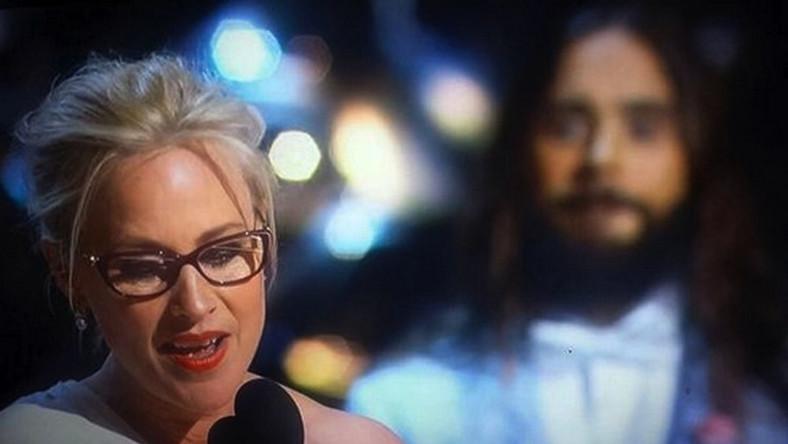 """Hitem ostatniego tygodnia było zdjęcie z oscarowej gali, na którym Patricia Arquette dziękuje za nagrodę wręczoną jej przez Leto. """"Kiedy ludzie dziękują Jezusowi za nagrody, ON (Jared Leto) PATRZY"""" –pisali internauci. Wykonana przez Tima Lyzena fotka została okrzyknięta najlepszym tweetem Oscarów 2015 i tylko na Twitterze przekazana dalej ponad 11 tys. razy"""