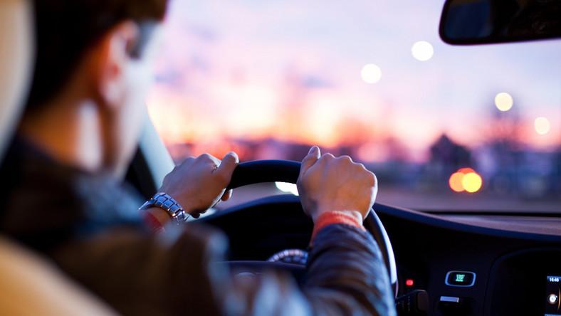 Kierowcy, który wystawia rękę za okno, grozi wysoki mandat