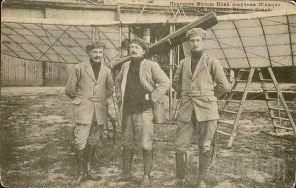 Razglednica iz 1913. godine. Poručnik Ilić, Stanković i narednik  Tomić ispred aviona Blerio 11 u toku Balkanskih ratova