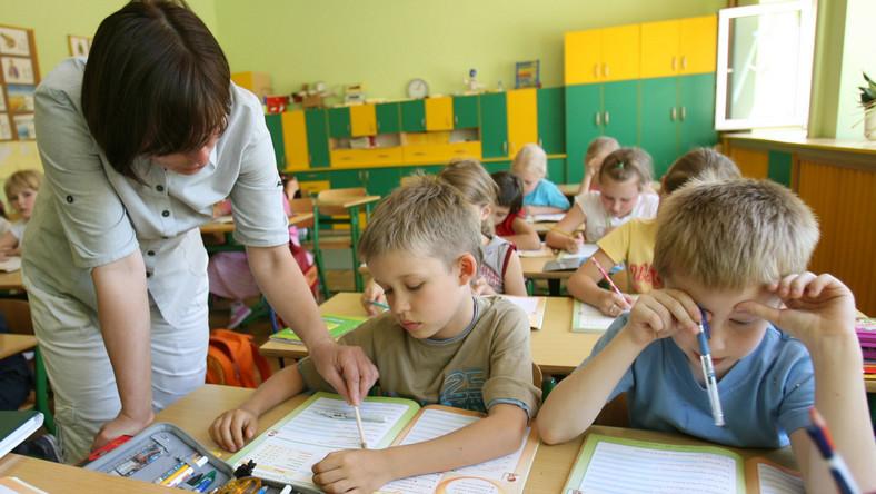 MEN chce by nauczyciele pracowali godzinę dłużej