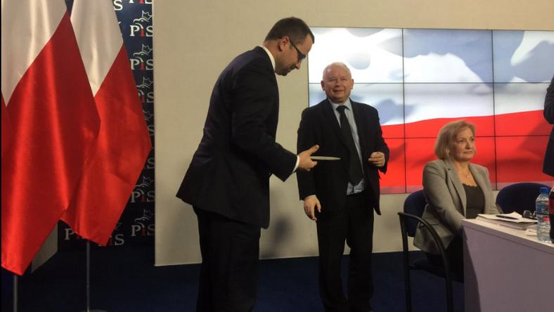 Poseł Marcin Horała odbiera nominację od prezesa Jarosława Kaczyńskiego