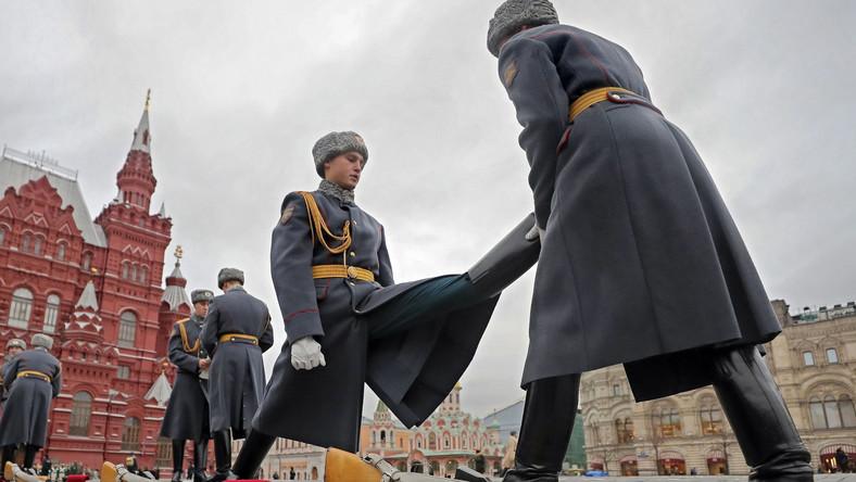 W rekonstrukcji wzięło udział około 5 tys. osób - żołnierzy i słuchaczy uczelni wojskowych, wojskowych szkół muzycznych, szkół kadetów, przedstawicieli organizacji oświatowych, towarzystw wojskowo-patriotycznych. Paradę przyjmował mer Moskwy Siergiej Sobianin.