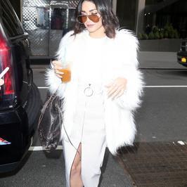 Vanessa Hudgens cała na biało na mieście. Co za styl!