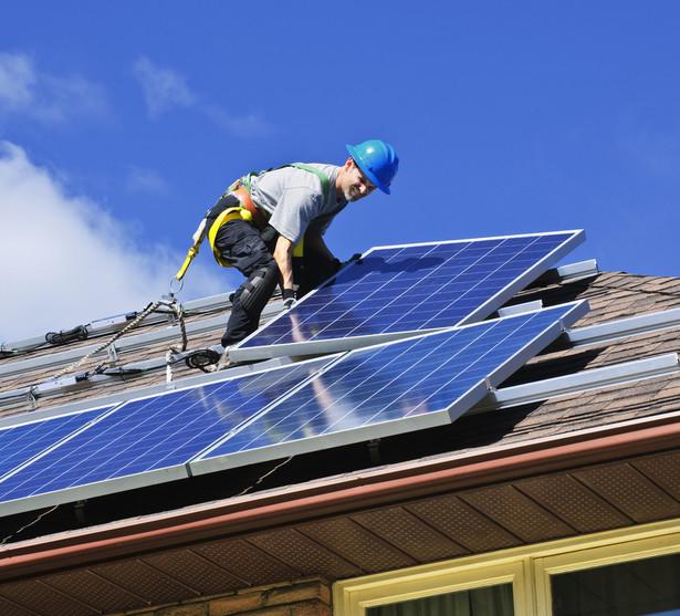 Zakup kolektora słonecznego lub ogniwa fotowoltaicznego wraz z osprzętem oraz montaż takich urządzeń to wydatki, które można odliczyć w ramach ulgi termomodernizacyjnej