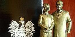 Statuetki zmarłych Kaczyńskich gadżetem polityka PiS