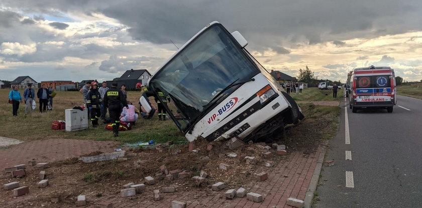 Pod Łodzią autobus wpadł o rowu. Są ranni