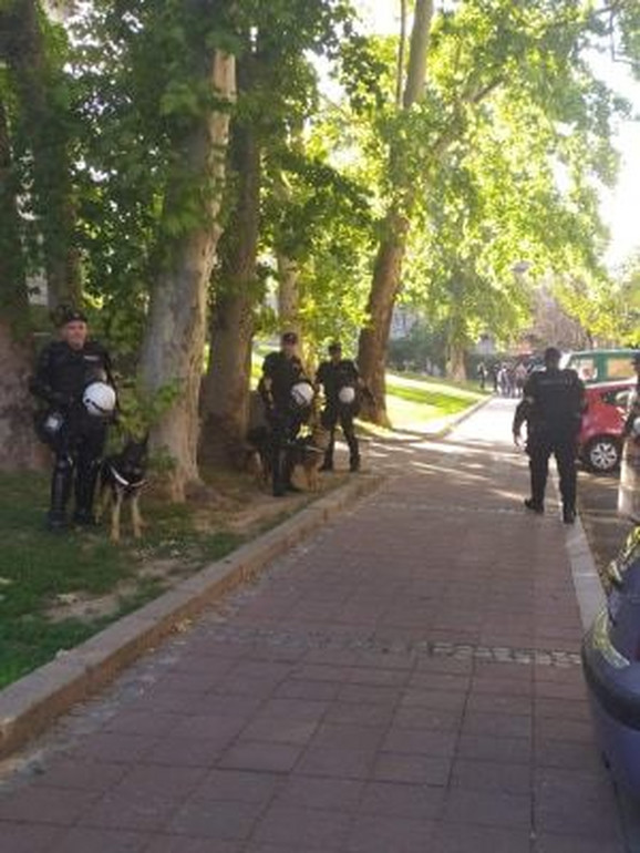 Policija iza zgrade Skupštine