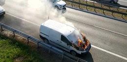 Dantejskie sceny w stolicy. Na środku ulicy auto stanęło w płomieniach. Zobacz FILM!