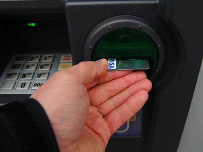 Średnia wartość wypłaty gotówki w bankomacie to 447 zł