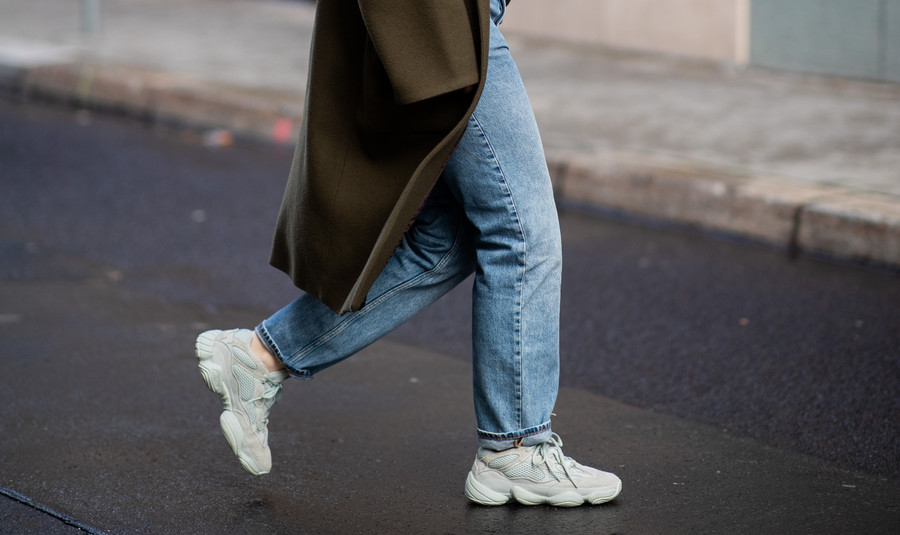 Mom jeans i sneakersy / Getty Images / Christian Vierig / Contributor
