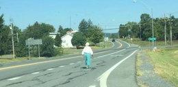 Kierowca spotkał staruszkę na środku ulicy. Zobacz, co zrobił