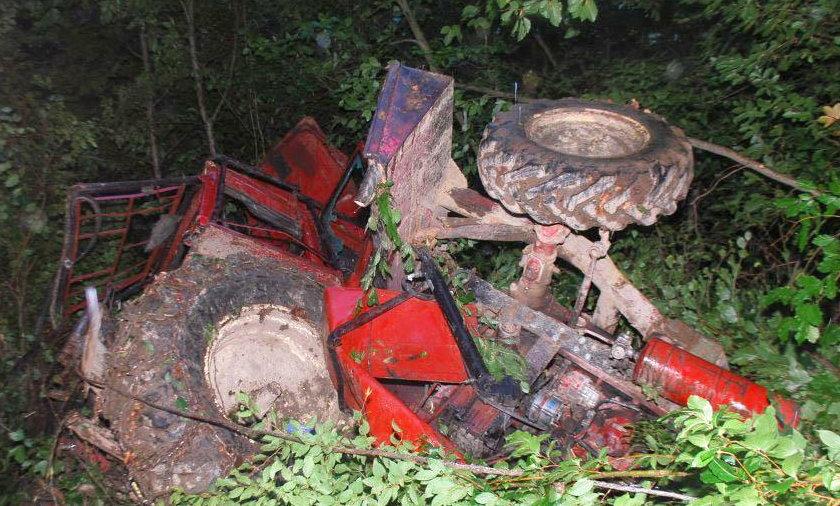 Venom IncWypadek w lesie na Podkarpaciu. Ciągnik spadł ze skarpy