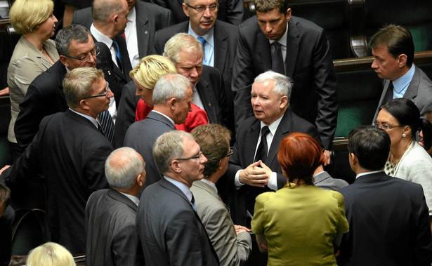 W PiS nie ma dziś osoby, która byłaby w stanie zastąpić Jarosława Kaczyńskiego. Ani izolowany w partii Morawiecki, dopiero co wskazywany jako delfin, ani będący z nim w konflikcie, stawiający na prawicę bardziej swarliwą, twardą, tożsamościową, Ziobro nie mieliby szans na objęcie kontroli nad całym obozem przejawiającym dwudzielną tożsamość