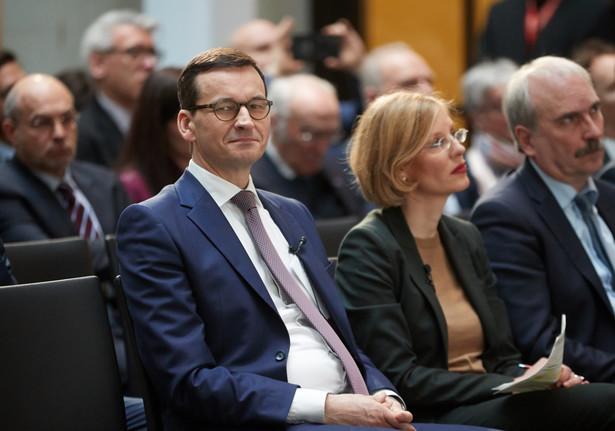 """Zdaniem gazety """"Morawiecki zapada się coraz głębiej w grzęzawisko ideologicznej polityki historycznej, która przedstawia Polaków jako ofiary międzynarodowego spisku""""."""