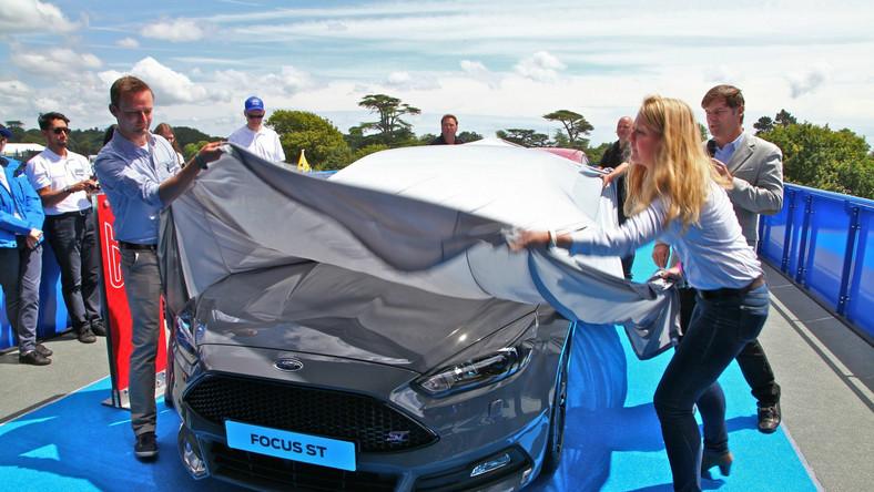 Ford focus jest najpopularniejszym samochodem na świecie - tak wynika z raportu firmy Polk badającej rynek motoryzacyjny. Analiza liczby zarejestrowanych nowych aut wykazała, że w 2013 roku w ujęciu globalnym kompaktowy focus trafił w ręce 1 097 618 osób - to zdaniem analityków czyni go najlepiej sprzedającym się samochodem pod słońcem. To o ponad 8 proc. więcej niż w 2012 roku - 1 014 965 sprzedanych egzemplarzy. W Europie (i Polsce) nowy focus oferowany jest w wersjach: pięciodrzwiowej, czterodrzwiowej oraz kombi. W 2012 roku Ford zaprezentował wersję ST - po dwóch latach produkcji szefowie koncernu zdecydowali wprowadzić nową odsłonę tego auta z ikrą. Na miejsce premiery wybrano Festiwal Prędkości w Goodwood. Zobacz zdjęcia…