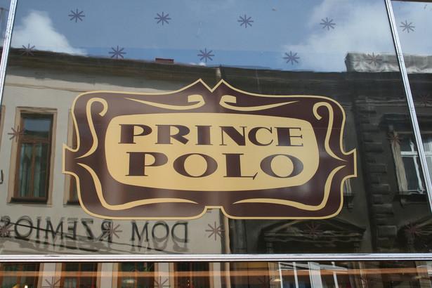 """Wafelek Prince Polo. Produkt ten na rynek wprowadzono w 1955 roku, a miejscem jego narodzin były zakłady produkcyjne cieszyńskiej firmy Olza. Polski wafel bardzo szybko zyskał sobie popularność w krajach byłego Bloku Wschodniego, a także na Islandii, gdzie był znany pod nazwą Prins Polo. O pokoleniowym wręcz wpływie polskiego wafla na Islandczyków najlepiej świadczą słowa byłego prezydenta Islandii Ólafura Ragnara Grímssona, który podczas wizyty w Polsce w 1999 roku powiedział """"Całe pokolenie Islandczyków wyrosło na dwóch rzeczach – amerykańskiej coca-coli i polskim Prince Polo"""". Na zdj. logo Prince Polo. Źródło: cocoate.com. Licencja CC BY 2.0"""