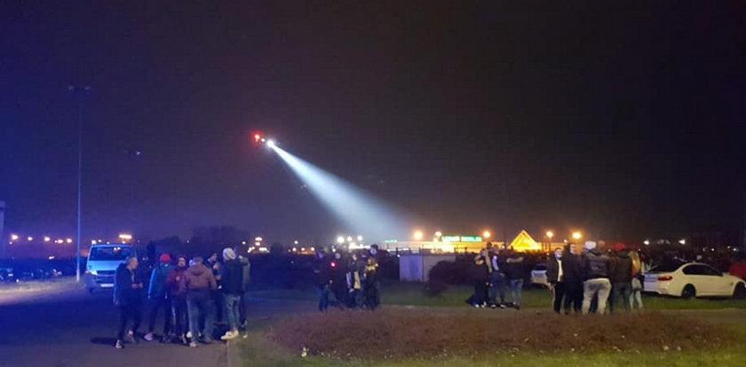 Tysiące ludzi na nielegalnym zlocie miłośników czterech kółek. Policja wysłała helikopter