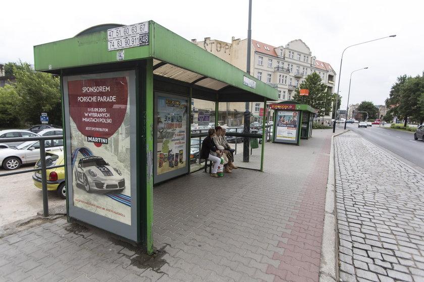 Na przystanku  w Poznaniu zasłabł mężczyzna. Na karektę czekano ponad dwie godziny