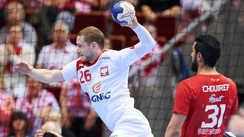 Michał Daszek (L) i Marouan Chouiref (P) z Tunezji podczas meczu olimpijskiego turnieju kwalifikacyjnego piłkarzy ręcznych w Gdańsku