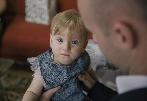 Helena u tatinom naručju