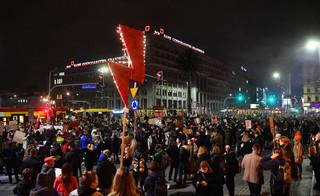 Warszawa: Tak wyglądały poniedziałkowe protesty po orzeczeniu TK; doszło do bójek
